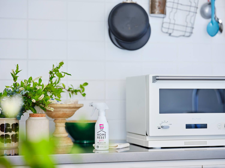 お気に入りのキッチンに置いてもなじむ白基調のシンプルなボトル。
