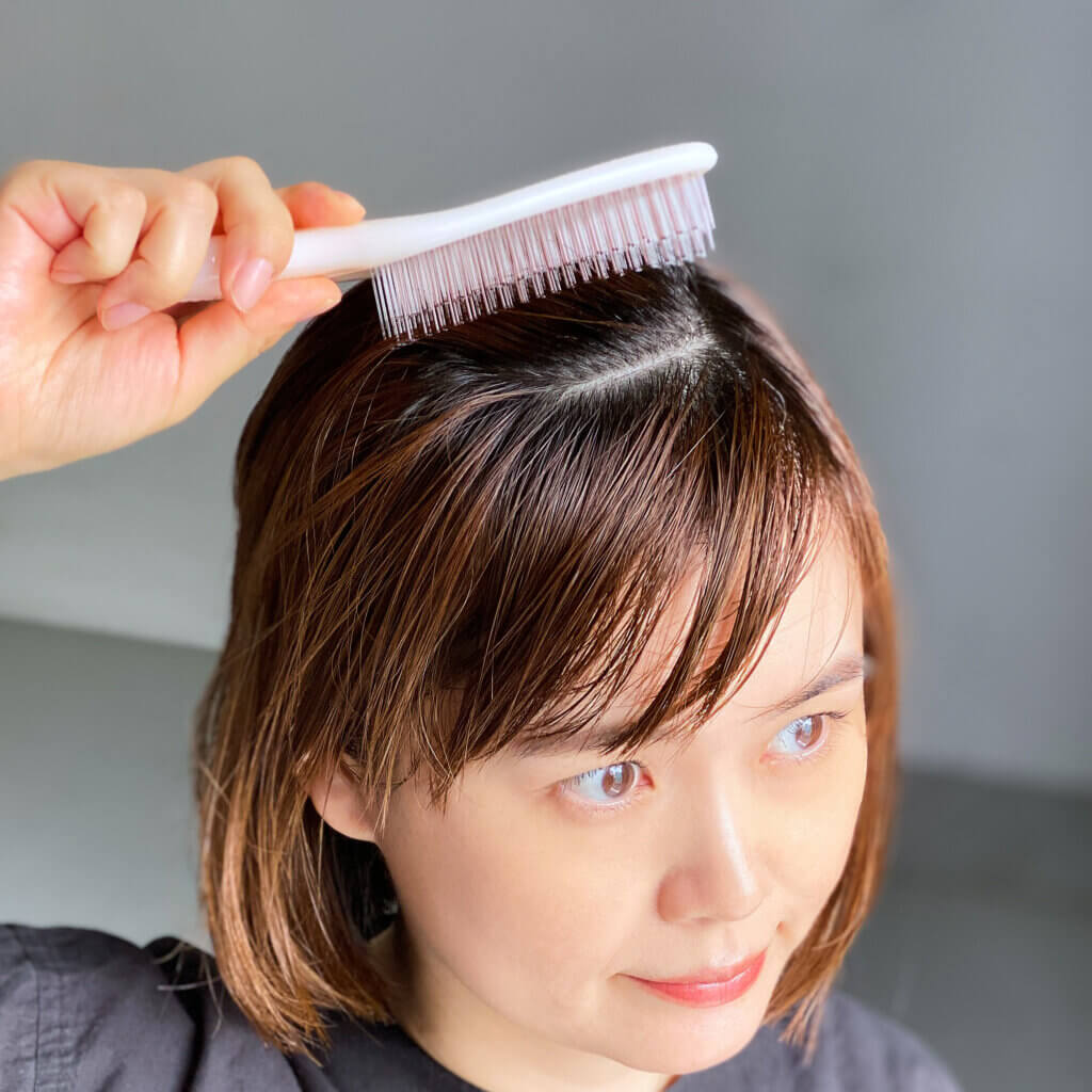 長めのやわらかいピンでやさしく刺激するソフトタイプのピンクと、短い硬めのピンでしっかり刺激するハードタイプのグレーの2種。それぞれ、髪をサラサラにしてくれるうえに、頭皮マッサージまでできるのがうれしい♪