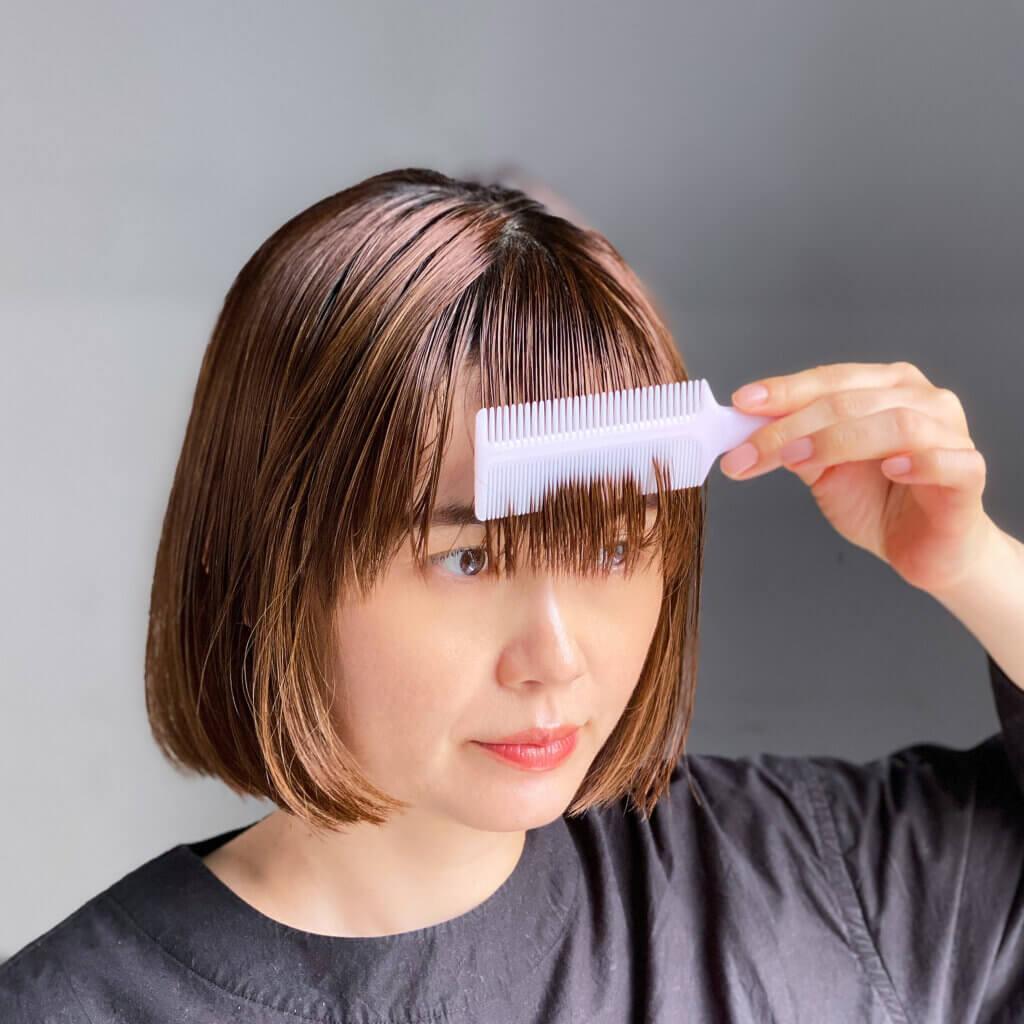 ヘアコームは横幅が9㎝もあり、一度にほぼ全量の前髪をすくえるサイズ感が◎。前髪とまっすぐにとかす細目と、絡まりをほぐす粗目の2WAY。