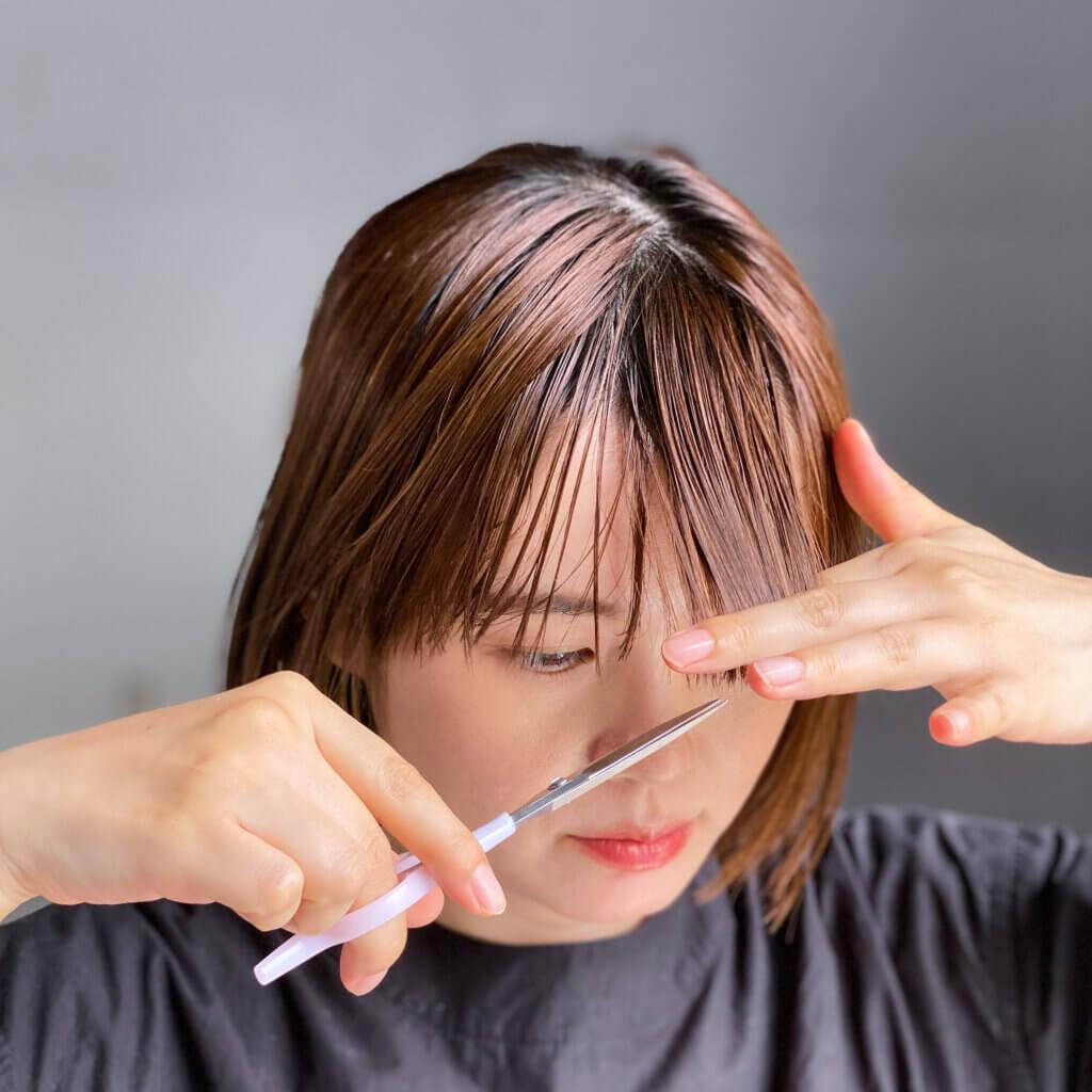 ヘアカットハサミは、持ちやすい設計で安定した状態でカットができるので、ストレスフリー。短めの刃で、顔に近づけても視界を邪魔せずに切ることができます。