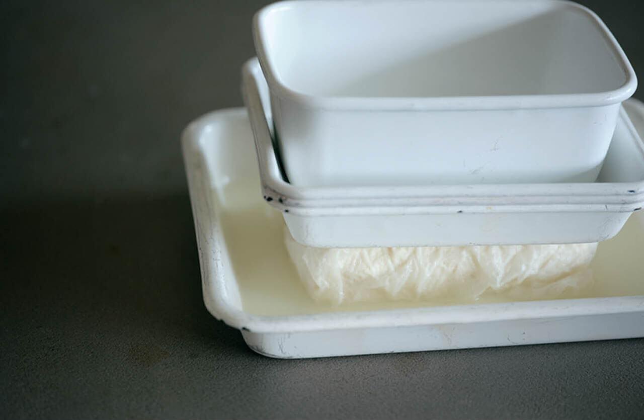 白和えは豆腐を倍の重さの重石で、30分水きりする