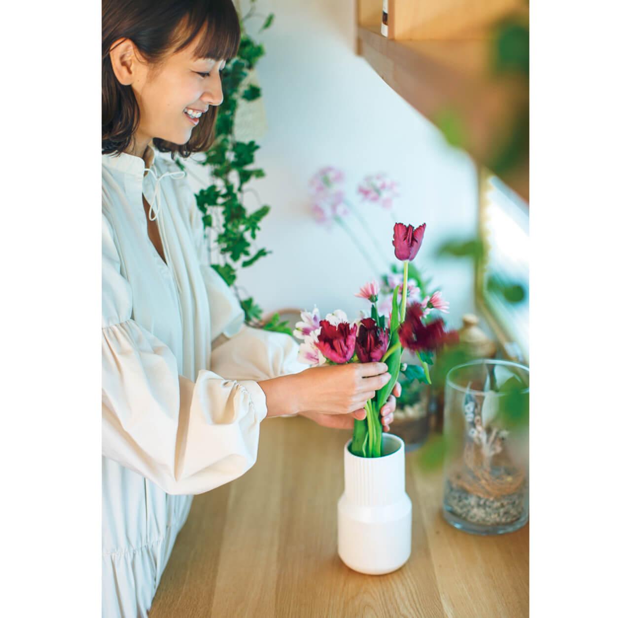 """「ピークを過ぎたチューリップも、まだまだわが家では現役。お花を生けるときは、考えすぎずに""""かわいいかも""""と思う感覚を大切にするのがコツのような気がします」(前田有紀さん)"""