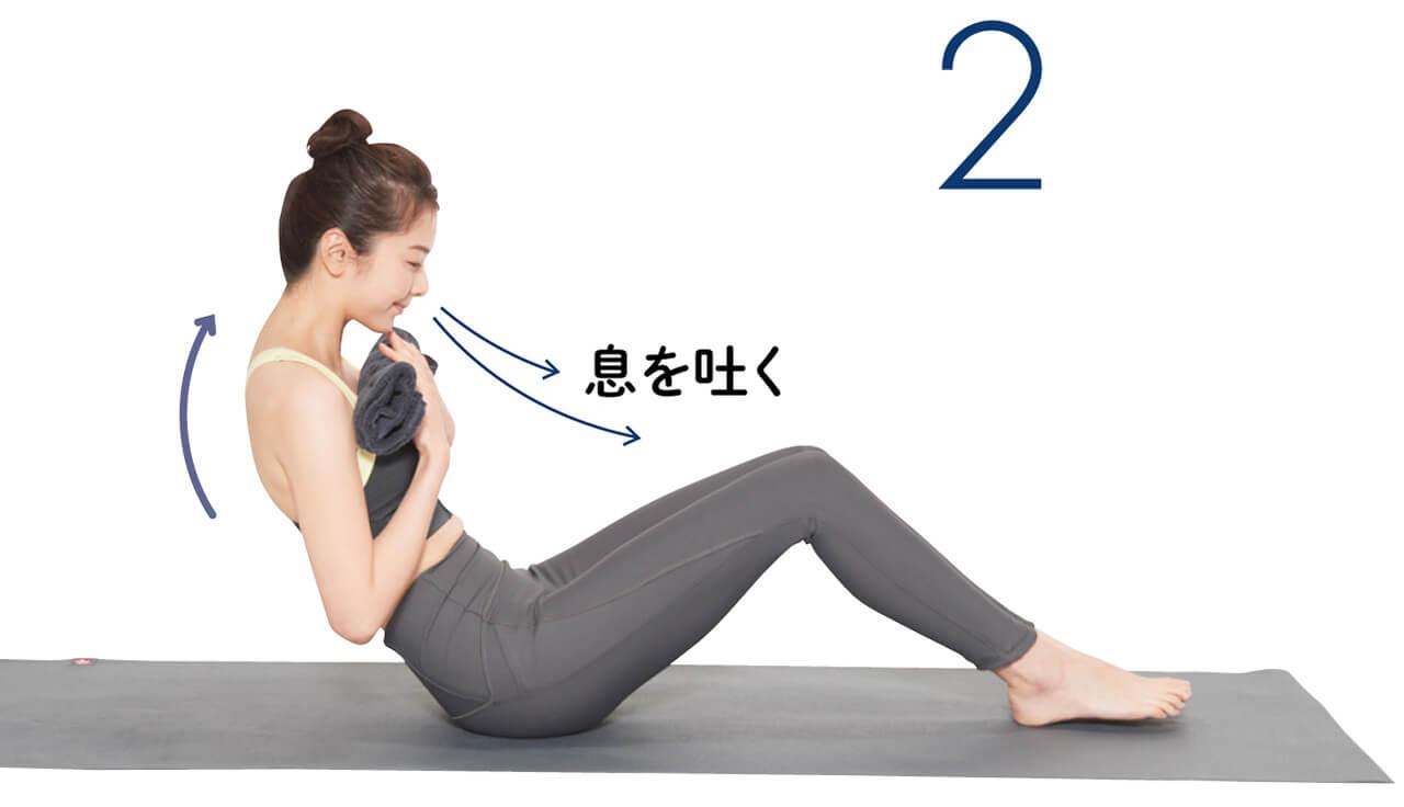 2.息を吐きながら、背中を丸めて上体を後ろに倒していく。胸郭がしっかり丸まっていることを意識して。倒す→戻すを6~8回繰り返す。 息を吐く モデル/梅田瑠実さん