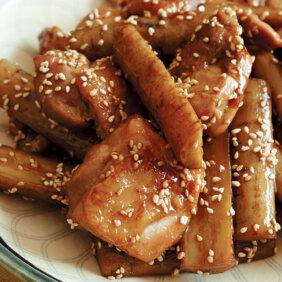 アイキャッチ画像:フライパンで「鶏ごぼうのさっぱり煮」レシピ/小林まさみさん