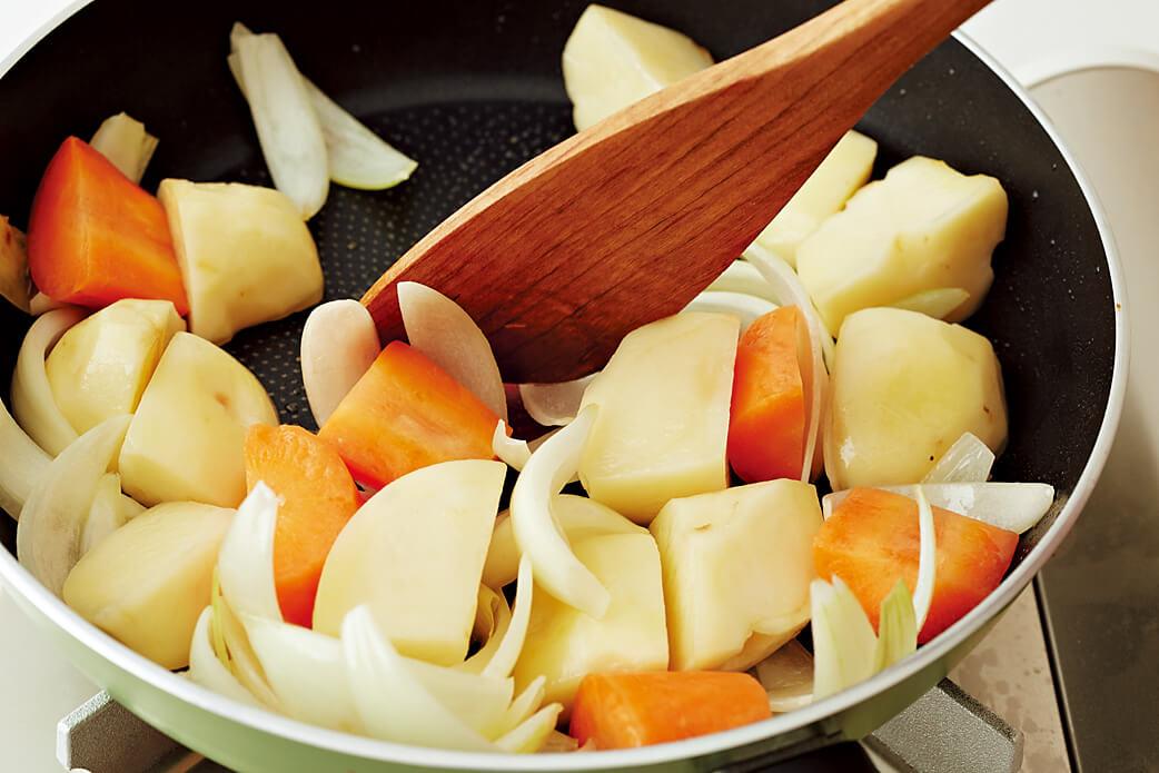 野菜をフライパンで炒める写真:フライパンで「肉じゃが」レシピ/小林まさみさん