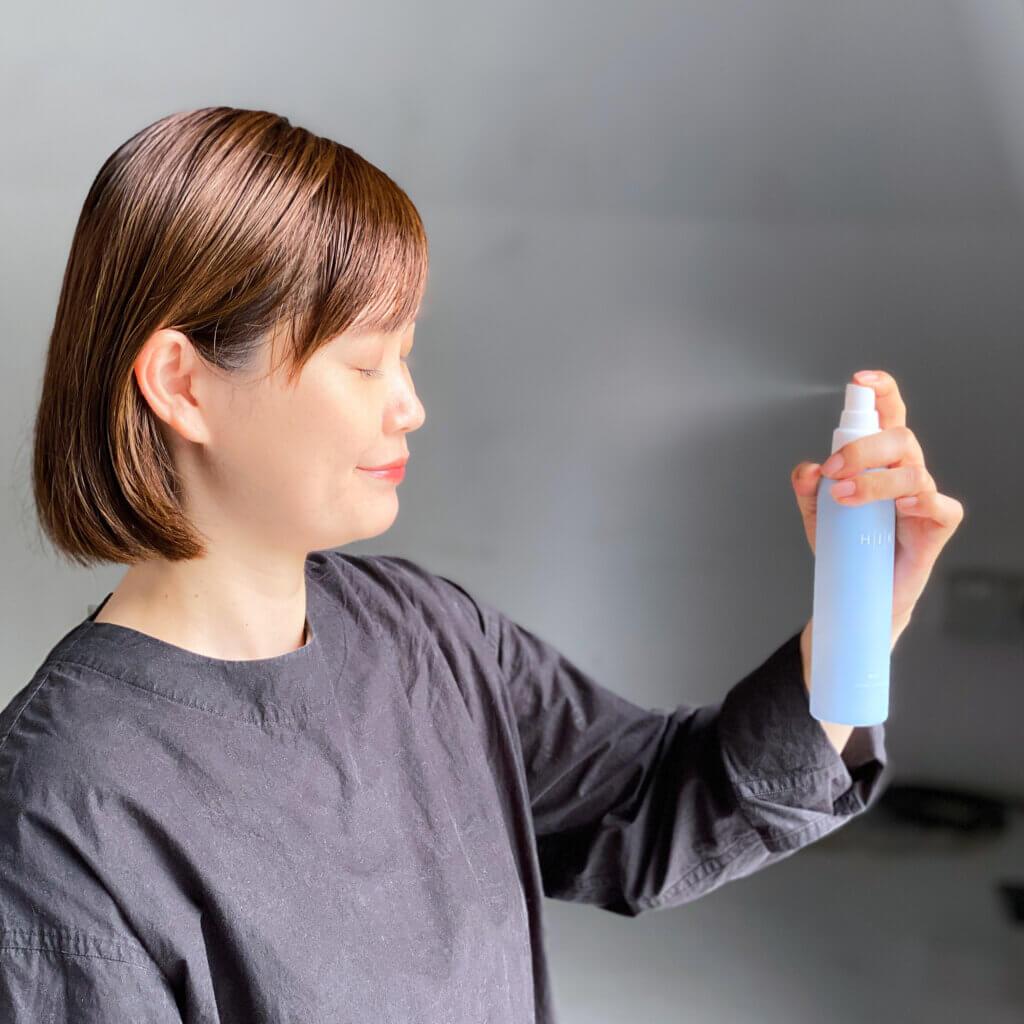 美容液の上からミストをシュッとかけると、導入美容液で整った肌がさらにしっとり! 日中のメイクの上から使えて、いつでも引き締めケアができるのが魅力的