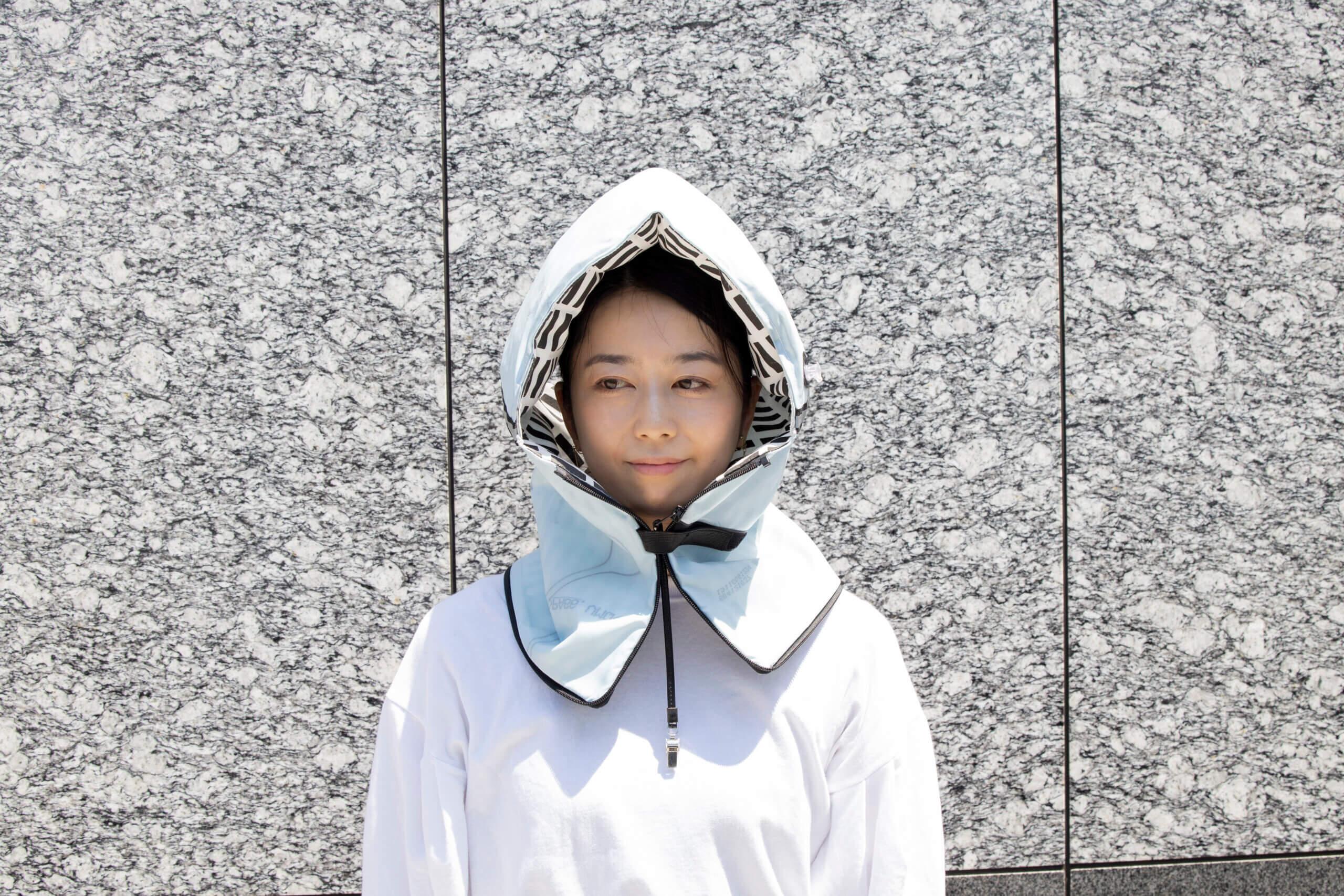 防災頭巾の組み立て方はとても簡単。ファスナーを開けて裏返し、空気入れから空気を入れて膨らませるだけ!