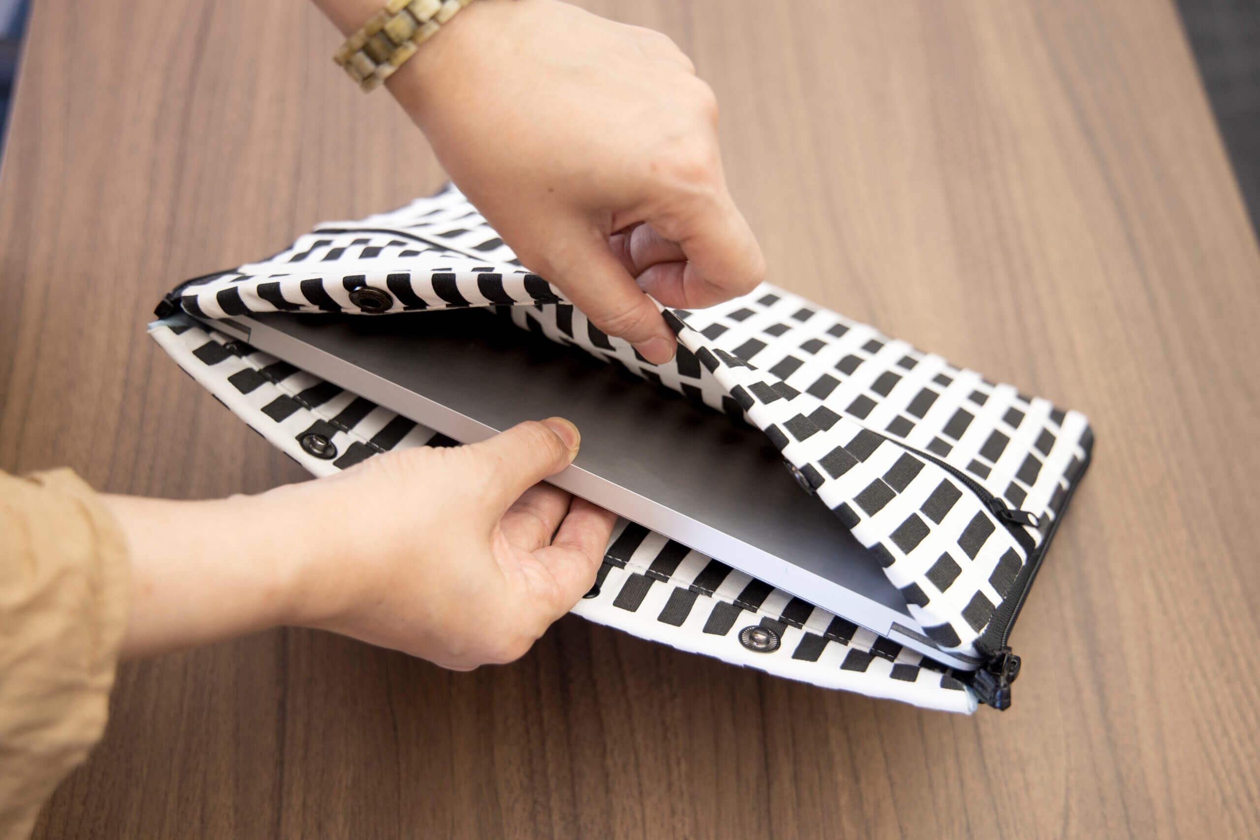 まず、丈夫で厚みのある素材でできているから、ノート型パソコンやタブレットを持ち運ぶときのケースとしても活躍します。私のノート型パソコン(A4サイズより1㎝ほど大きめ)はジャストサイズでした。子どもと一緒の外出でタブレットを持ち歩くときにも◎。