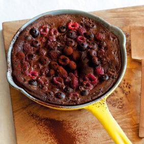 アイキャッチ画像:フライパンでらくらくおやつ「ベリーのチョコレートクラフティ」レシピ/ワタナベマキさん
