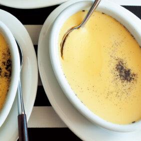 アイキャッチ画像:フライパンでらくらくおやつ「プリン」レシピ/ワタナベマキさん