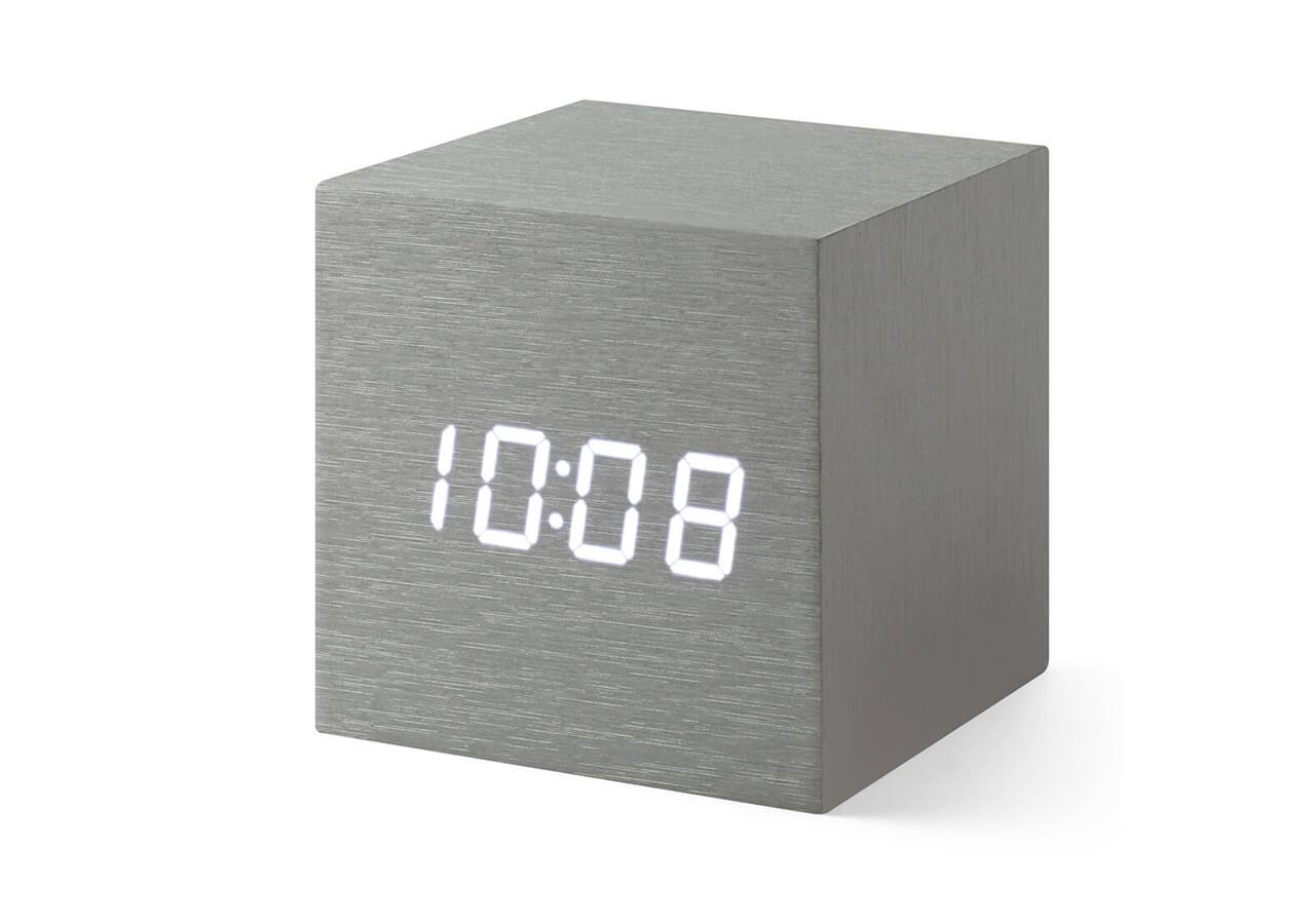 MoMA アルミニウム キューブクロック(縦6.8×幅6.8×奥行6.8㎝)¥4400/MoMAデザインストア 表参道