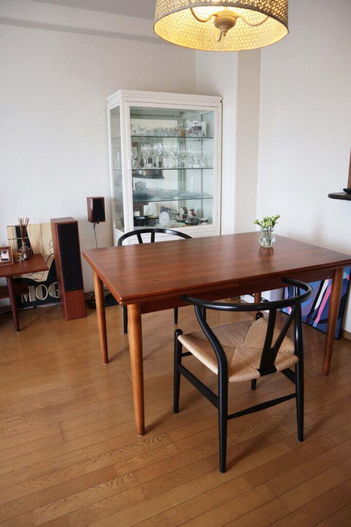 テーブルやテレビボードは北欧のヴィンテージ、椅子はカールハンセン、食器棚は以前働いていたヴィンテージショップがクローズしたときにいただいたもので、中国のアンティークを塗り直してもらったもの。