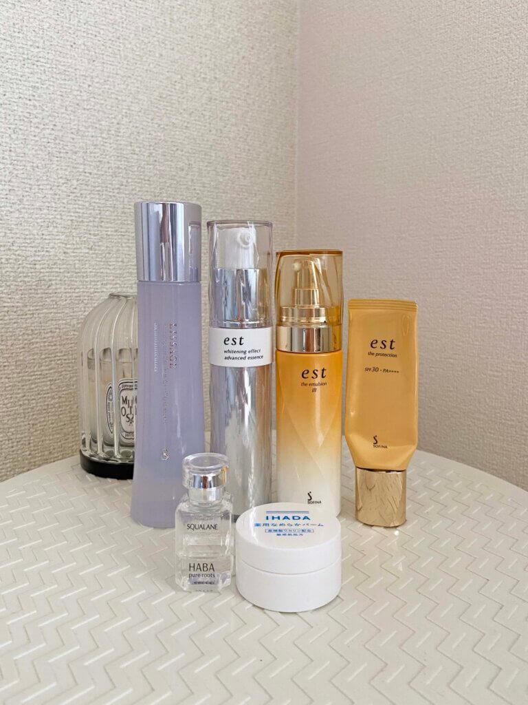 奥の左から、リサージの化粧水、エストの乳液2種と美白美容液。手前の左から、ハーバーのオイル、イハダのバーム。