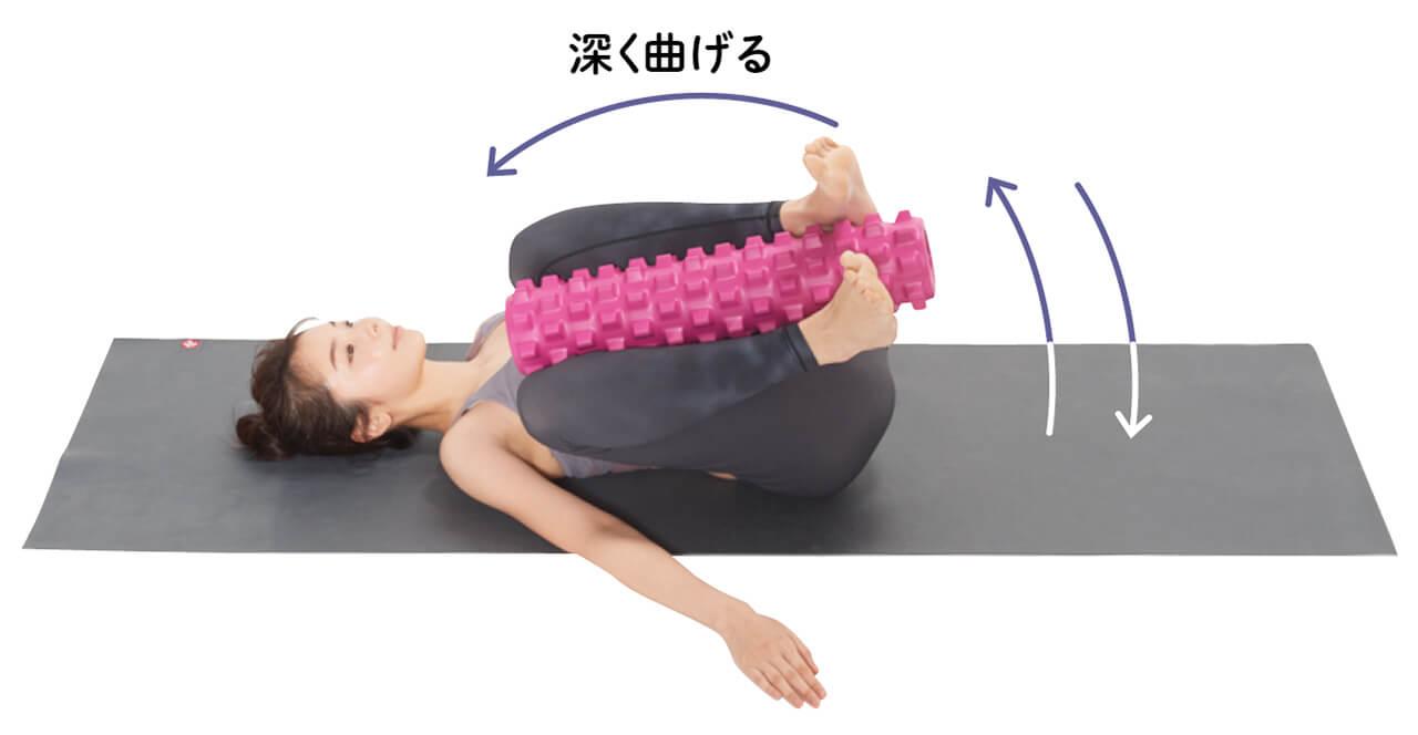 肩から上を浮かせて背中を丸めるのが難しければ、頭を床につけたまま下半身を左右に大きく倒す。その場合、ひざは胸につくくらい深く曲げて行うのがコツ。 深く曲げる モデル/梅田瑠実さん