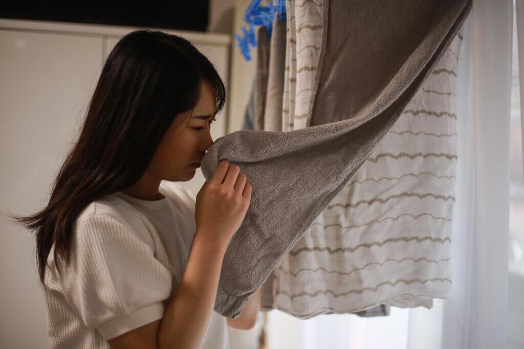 部屋干しで洗濯物が臭うイメージ