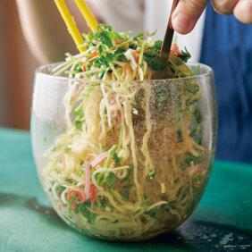 「カニかま、豆苗、みょうがのサラダ麺」レシピ/今井 亮さん