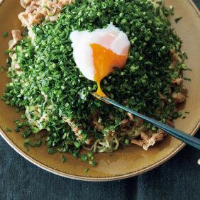 「ルーロー風ダレ」で簡単「たっぷり刻みにら、温玉のせ麺」レシピ/堤 人美さん