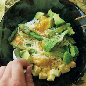 「アスパラ、アボカド、チーズの和え麺」レシピ/堤 人美さん