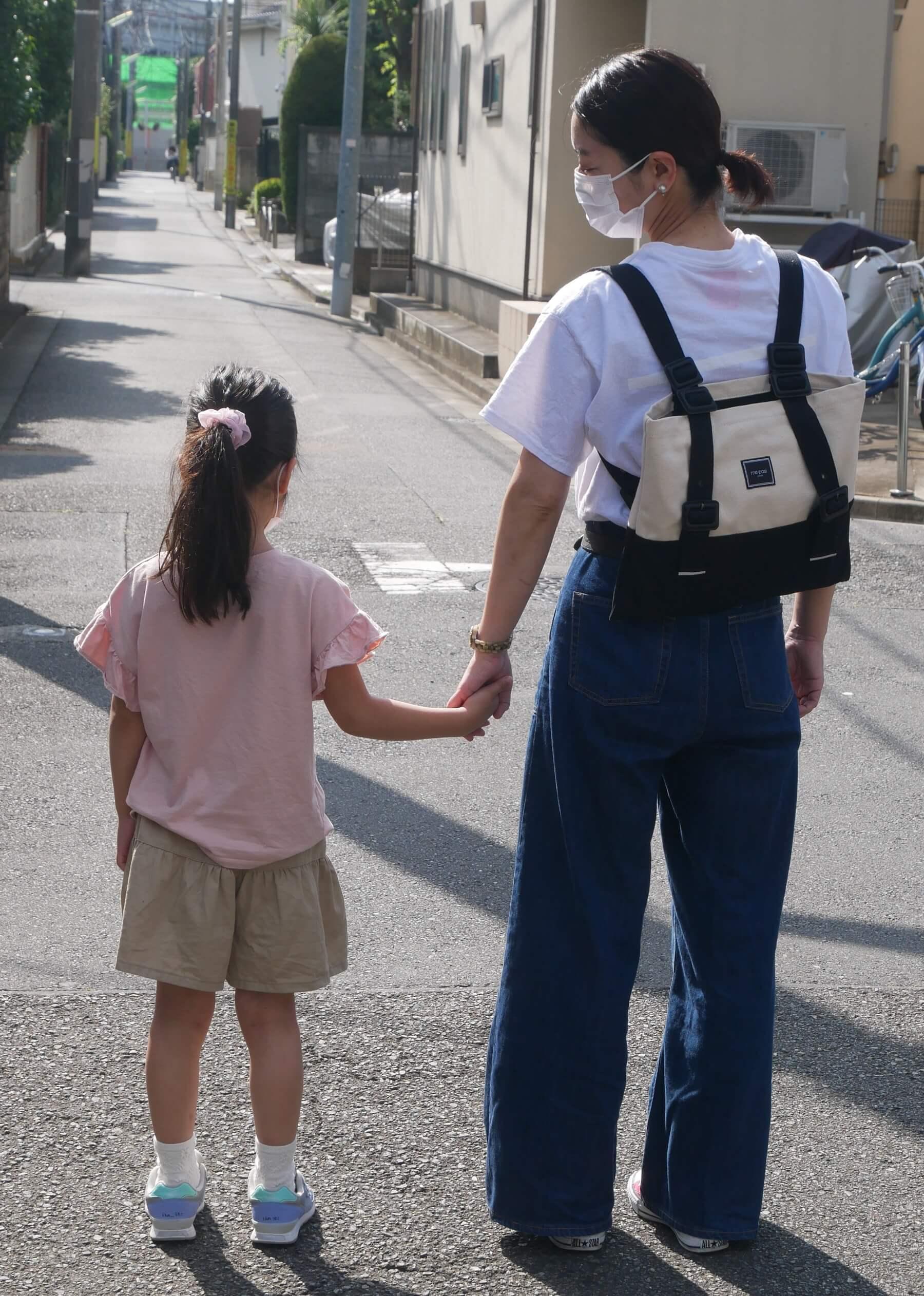 娘と公園や児童館に行くときも、両手があくリュックスタイルにできるのは助かります(そろそろ見守りに徹したいのですが、まだまだ全力で遊びにつき合わされます…)。