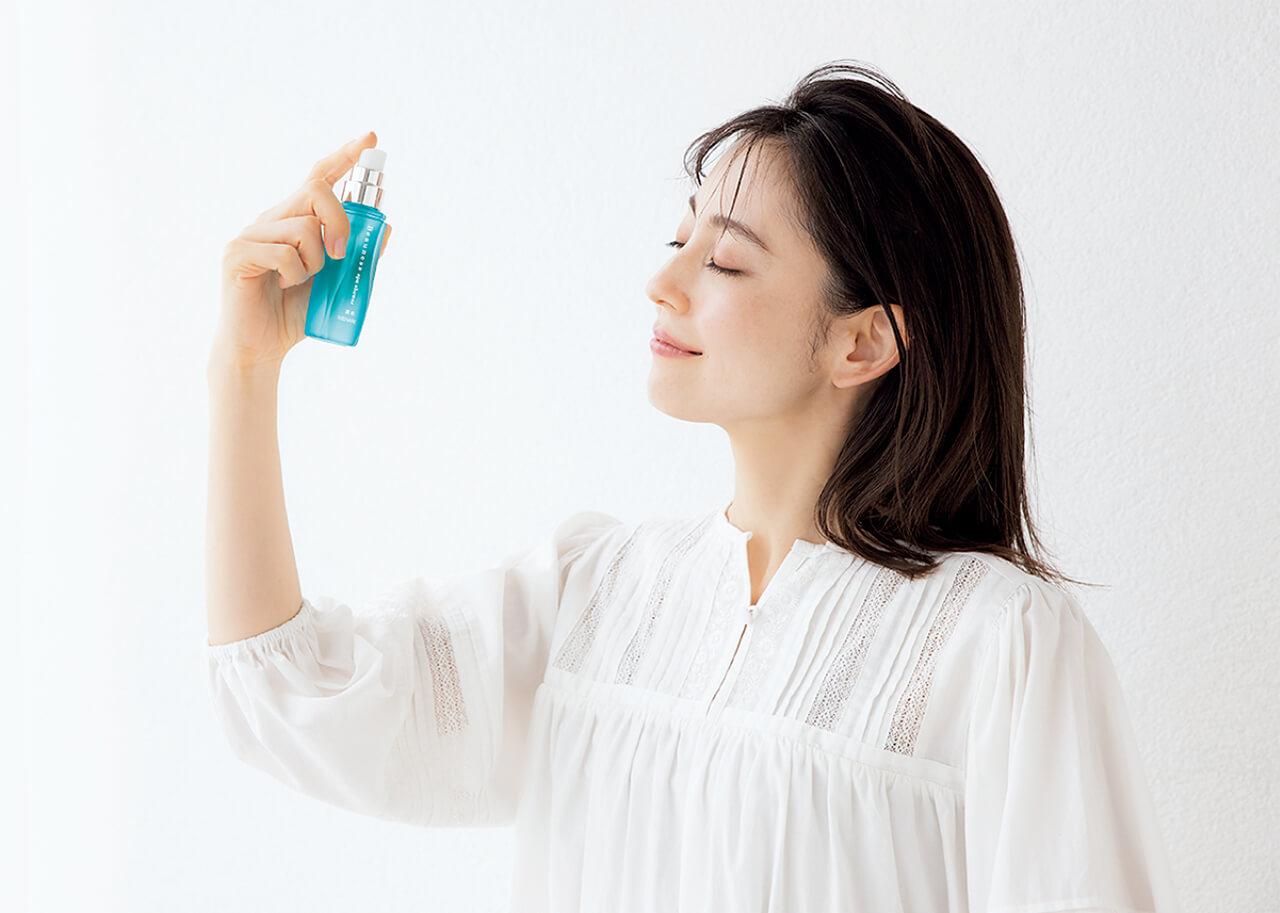 1 おうちで気分の切り替えにも 薬用ビューネ スパシャワー〈医薬部外品〉 60㎖¥3080/メナード ブラウス¥13200/メリトゥーリ モデル 今井りかさん