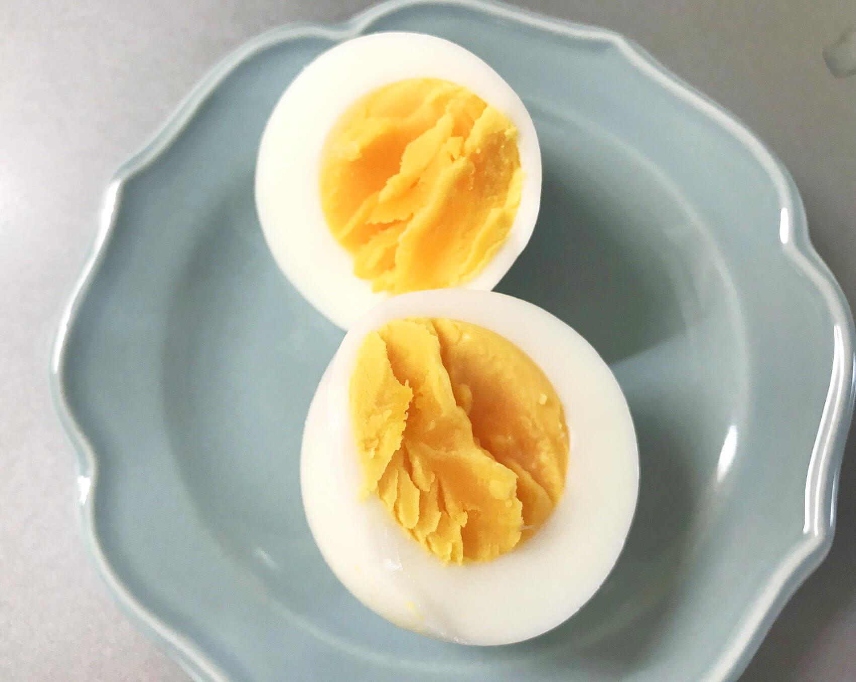 固ゆでの卵を切ってみたところ。半熟の水量でゆでるとトロリとちょうどいい半熟になります