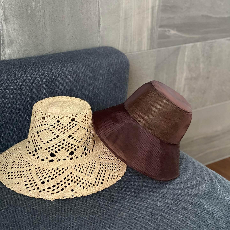 ラ メゾン ド リリスのGRASS POT HAT(右)、VAUCHO(左)