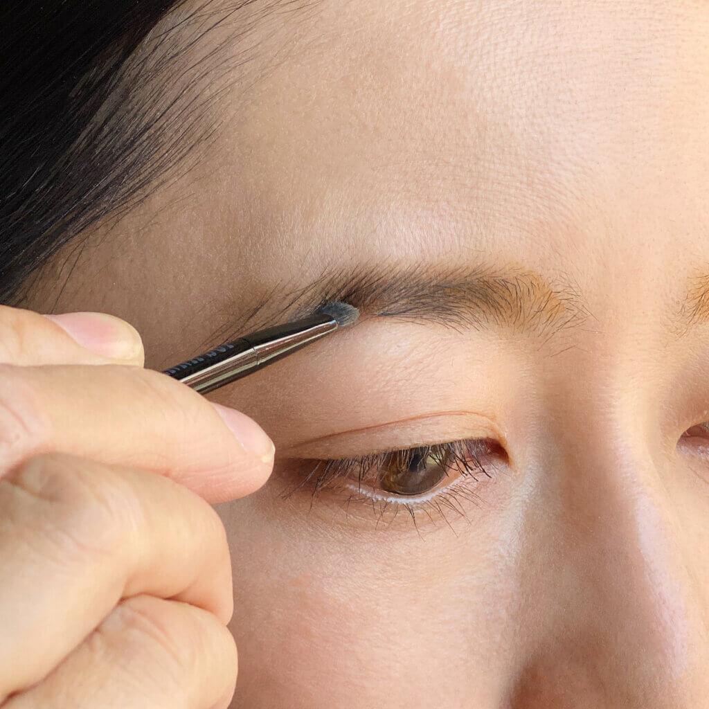 まずはパウダーをのせてみました。ベージュとイエローよりの明るめのブラウンを混ぜて使用。付属のパウダー用のブラシを使って、眉をなぞると、毛の生え方がまばらな私の眉でも、ふんわりキレイいな明るい眉に仕上がりました。