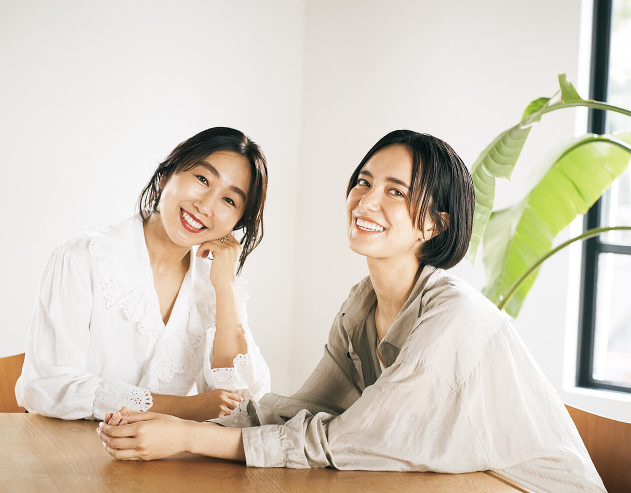 (右)モデル・環境アクティビスト 小野りりあんさん (左)スタイリスト 福田麻琴さん