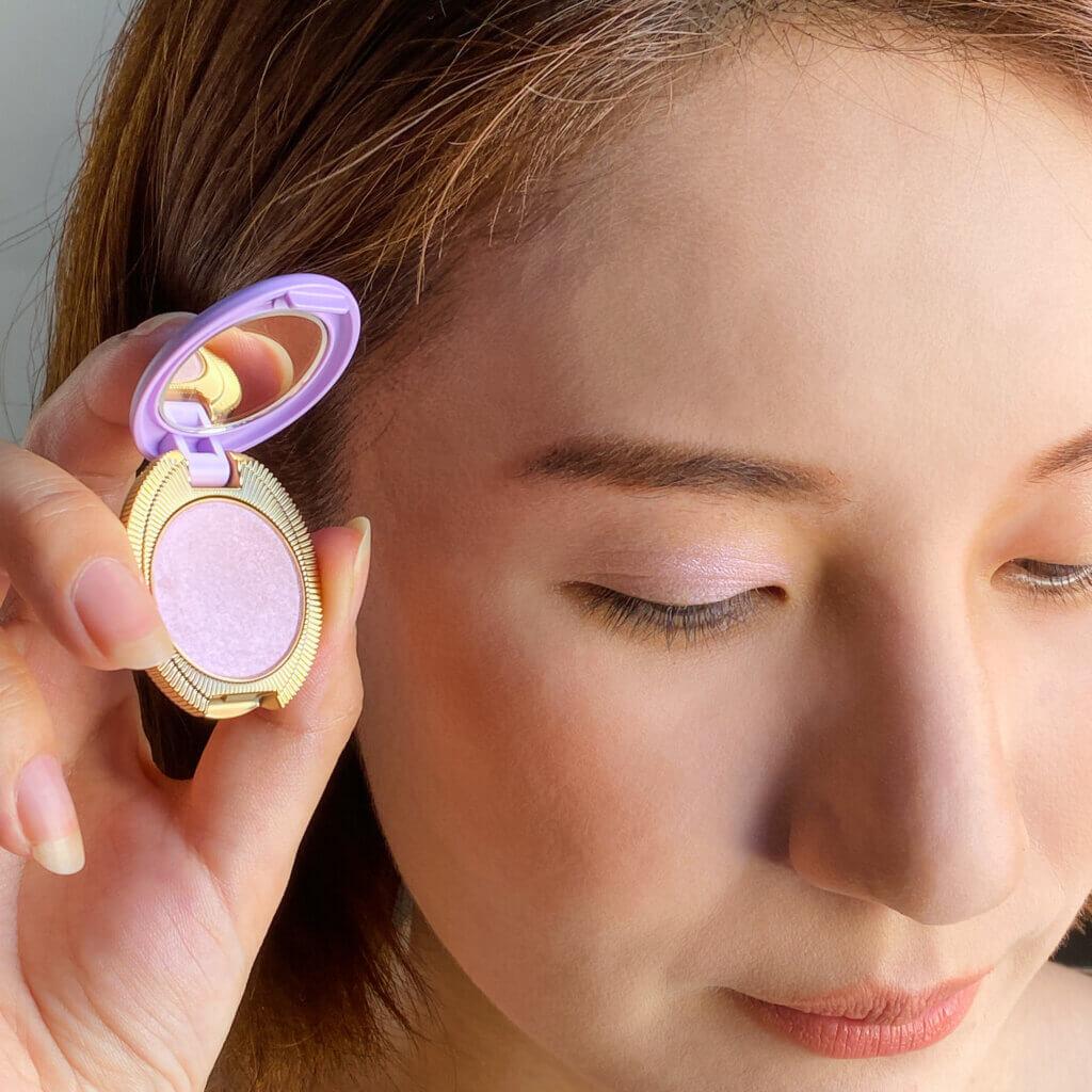 【101 森のスミレ】は、繊細なパールが上品なヴィオレットピンク。まぶたに透明感が出て、色ぐすみもなし。目元が明るくなって華やか!