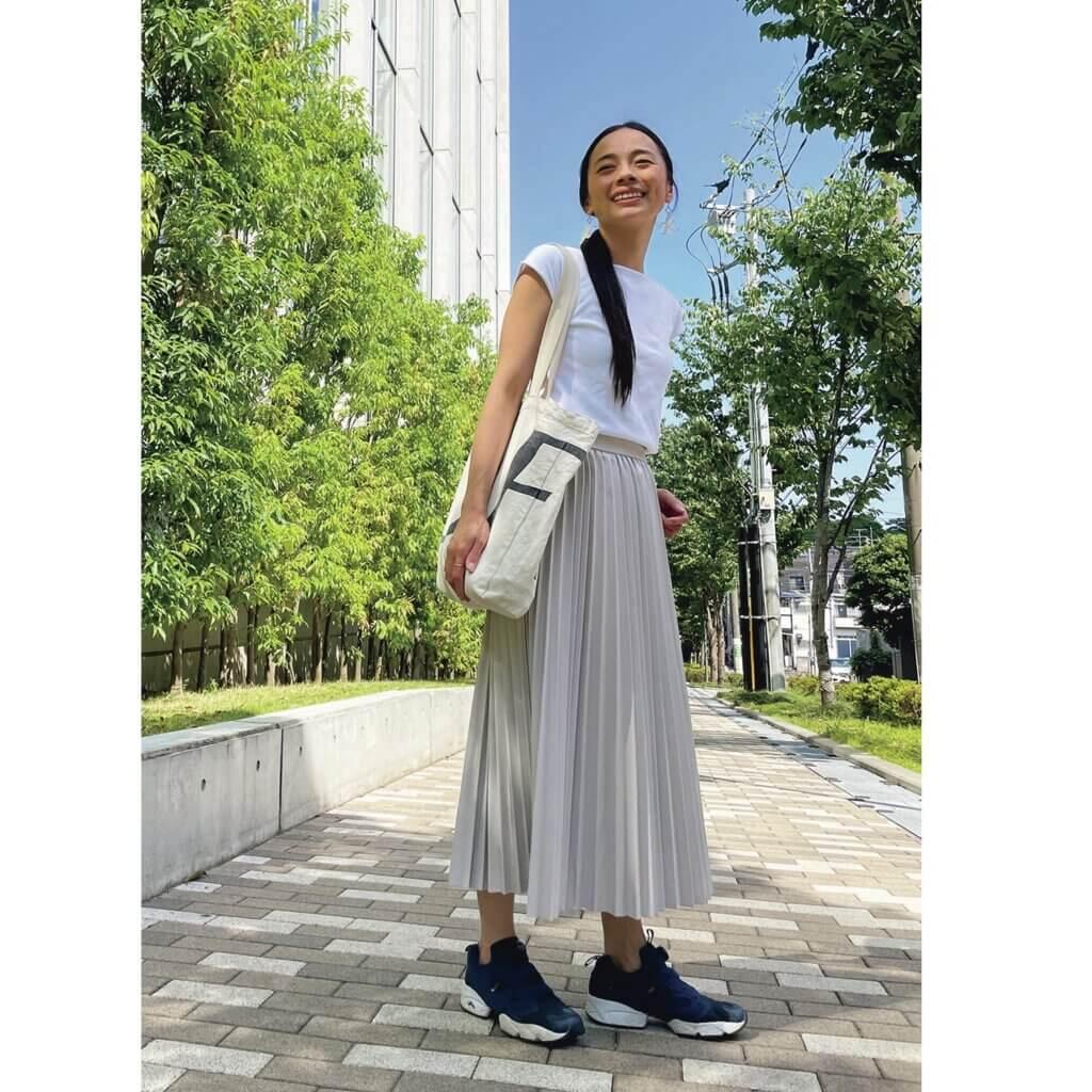 「産後歩きやすいスニーカーを求めて、リーボックのポンプフューリーにたどり着きました。 着脱も楽なので何度もリピート買い。足元にボリュームが出る分、軽やかなスカートを合わせました」 鈴木 薫さん(158㎝ LEEキャラクター・主婦)