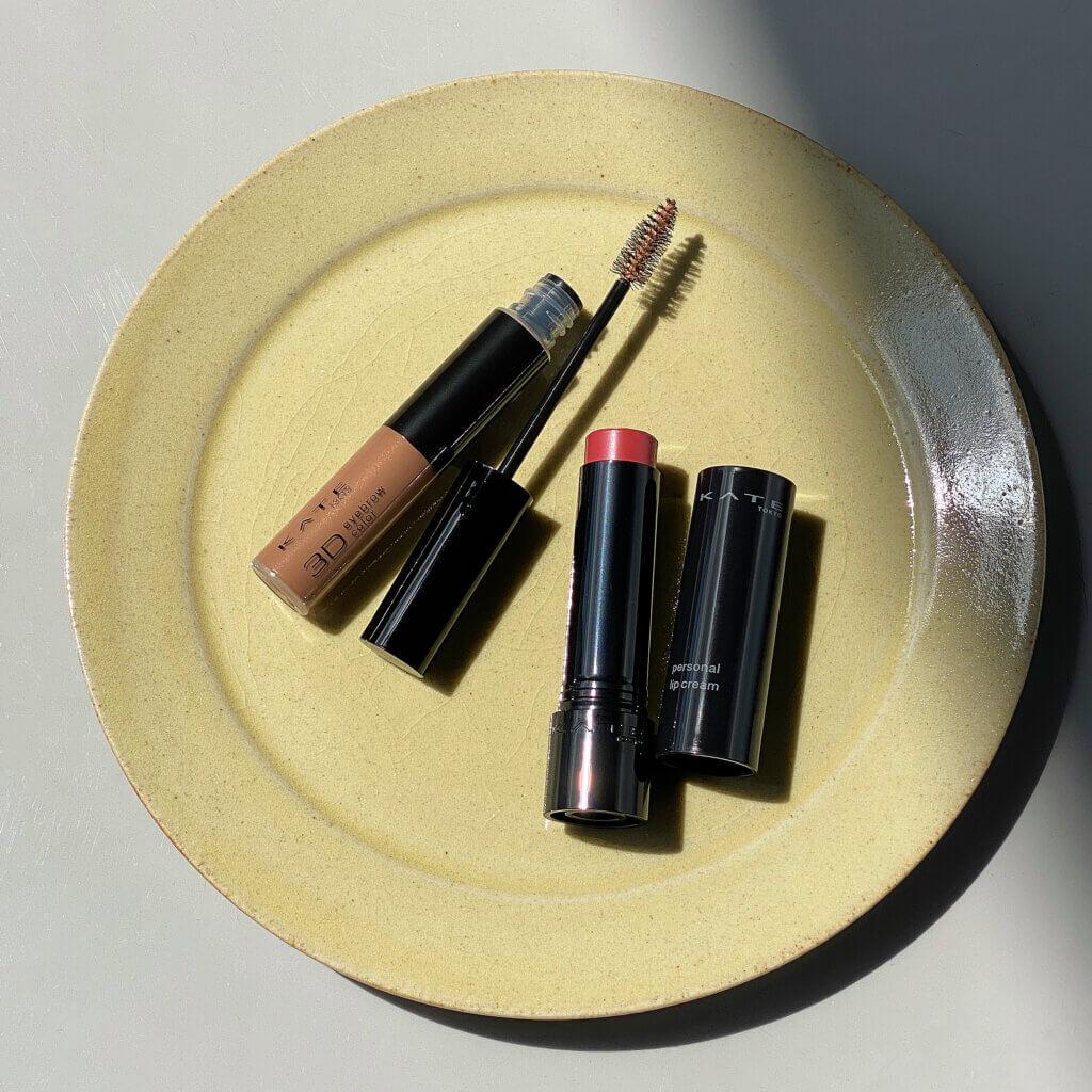 写真左から、3DアイブロウカラーN ¥935、パーソナルリップクリーム ¥550(価格は編集部調べの税込価格)