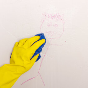 """「壁と天井」はどう掃除するのが正解?掃除道具や壁紙の寿命も!【藤原千秋さんの""""おそうじ歳時記""""】"""