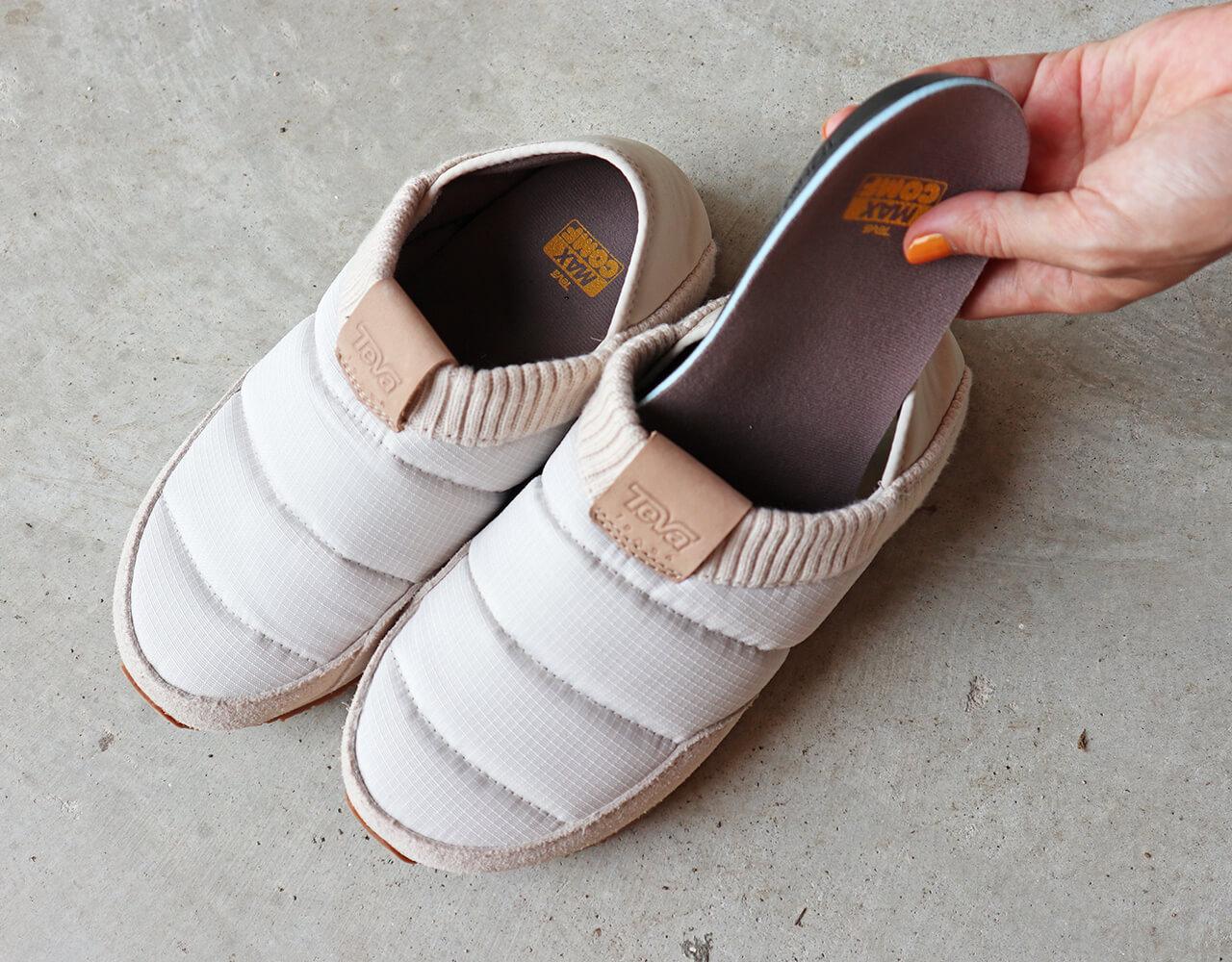 リニューアルしたインソール「MAX―COMF」。形状記憶フォームで足裏にしっかりフィットするので、スリッパ履きでも安定の履き心地。イージス®抗菌加工済なので、足の匂いが気にならないのもありがたいポイントです。ちなみに私はだいたい23.5~24センチ。ハーフピッチがないので24センチを着用していますが、ホールド感が高くぴったりと履けます。