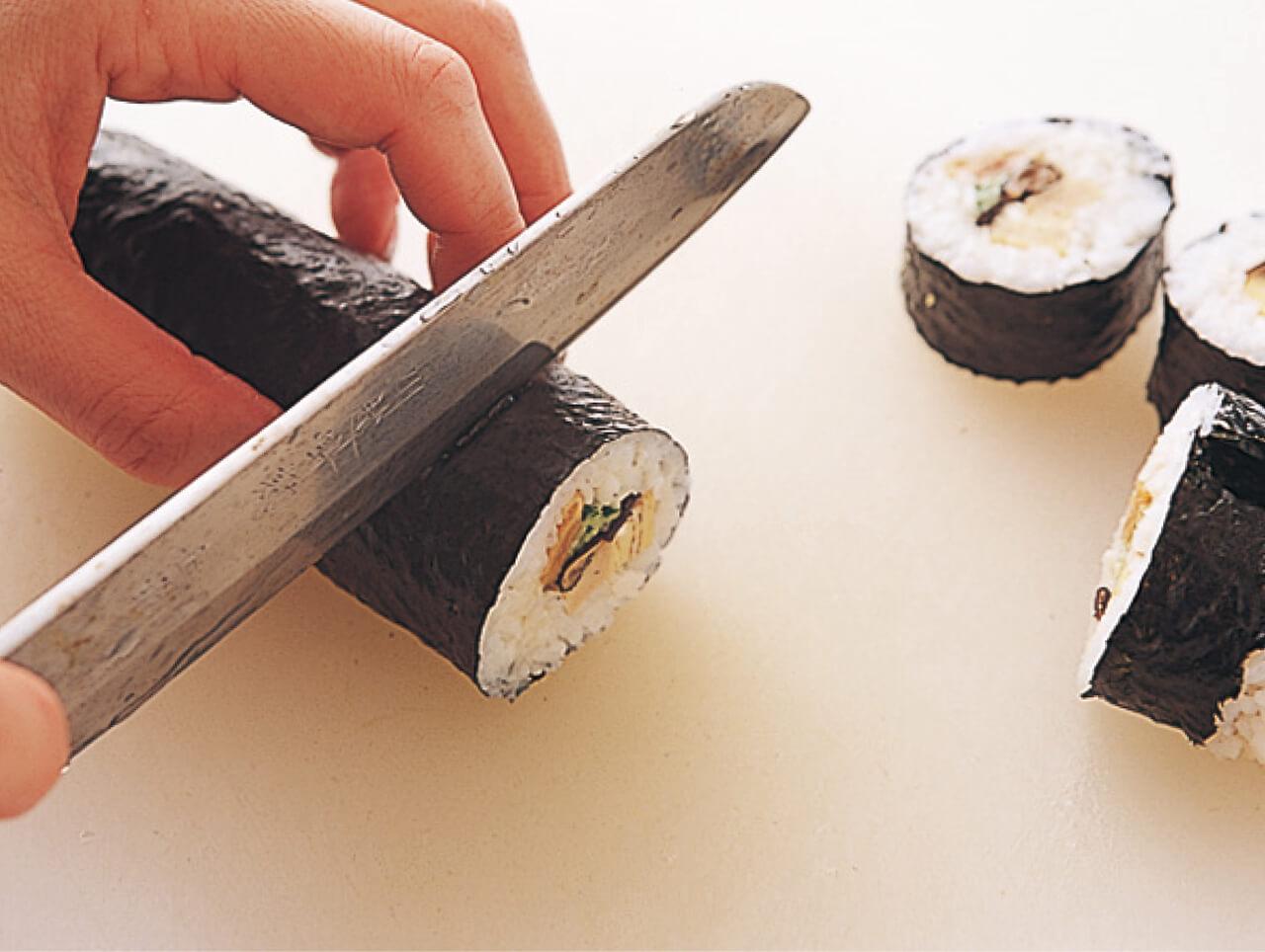 包丁を濡れブキンでふきながら切る。