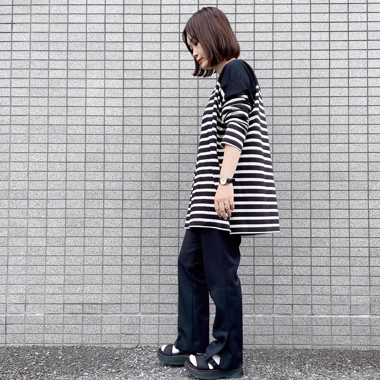 写真:【福田麻琴さんコラボ】BIGボーダーチュニックを試着したスタッフ。横から見た姿