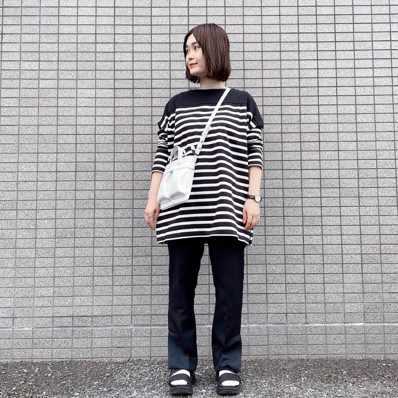 写真:【福田麻琴さんコラボ】BIGボーダーチュニックを試着したスタッフ