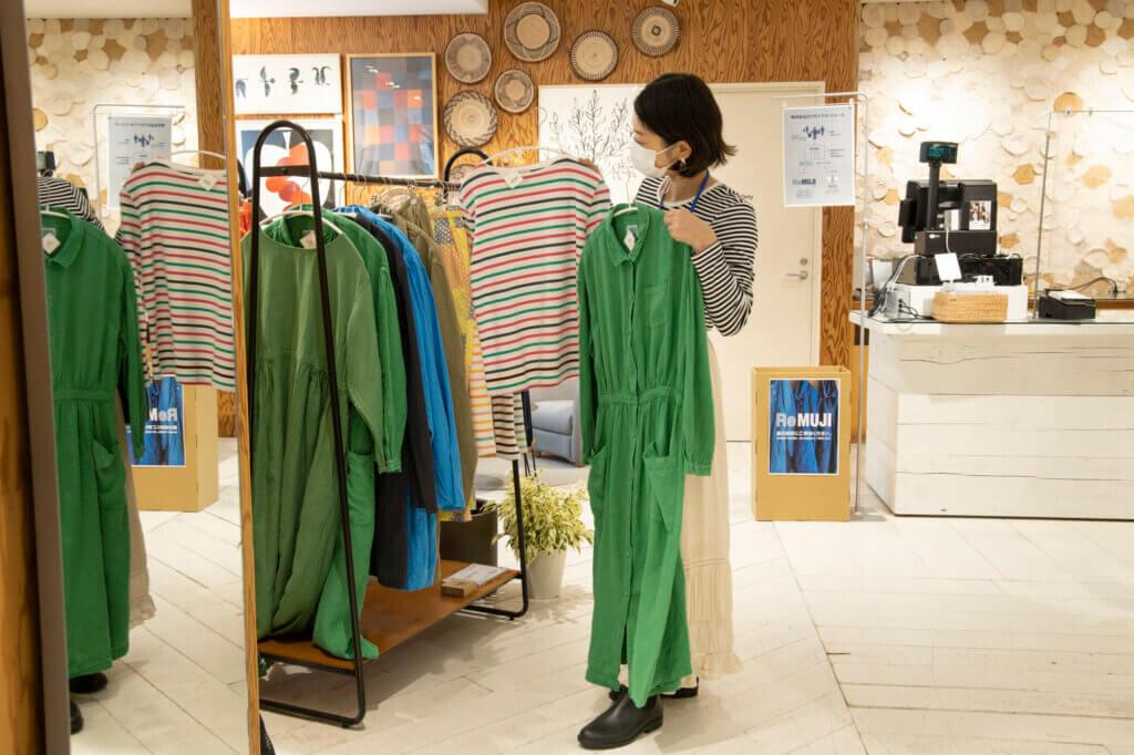 IDÉEと無印良品がコラボした、「POOL いろいろの服」のコーナーでは、mina perhonenの皆川明さん監修の素敵な服が!