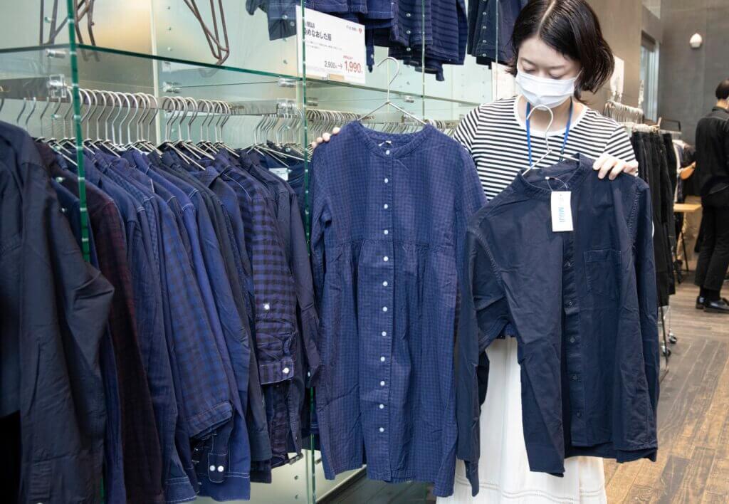¥2990から¥1990になった「染め直した服」。藍色のスタンドカラーシャツやチェックのロングシャツなど、欲しくなるアイテムがいっぱい!