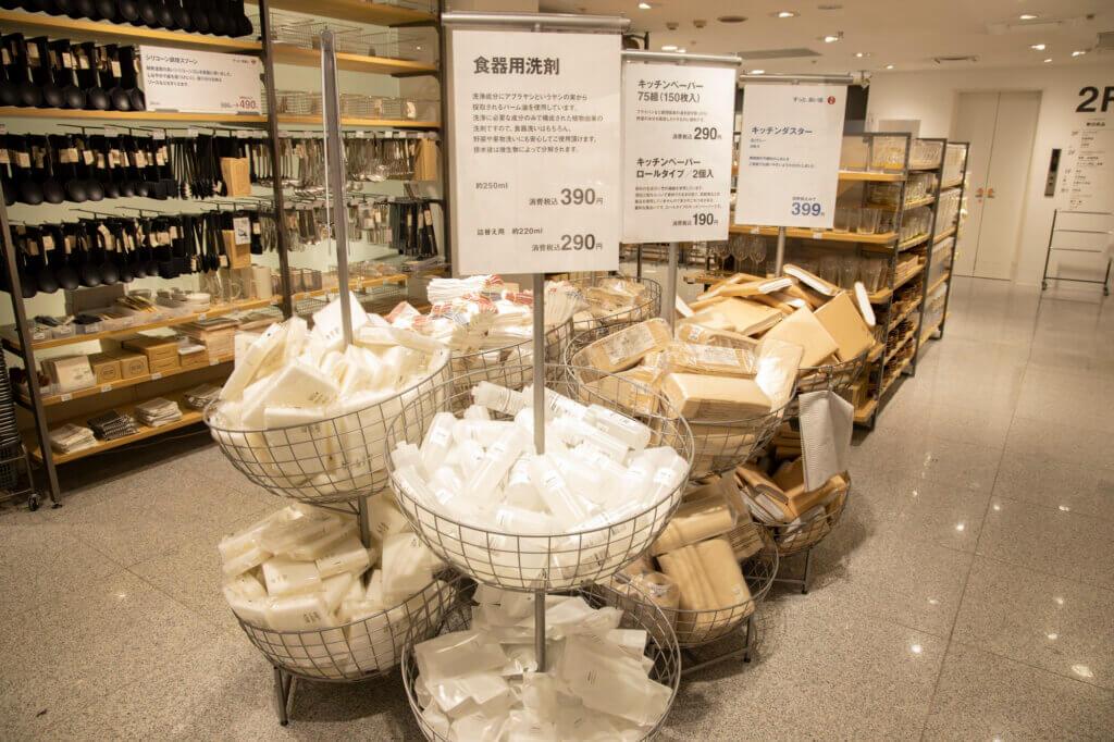 食器用洗剤やキッチンペーパーなど、キッチンで使う消耗品も、豊富な品ぞろえ。