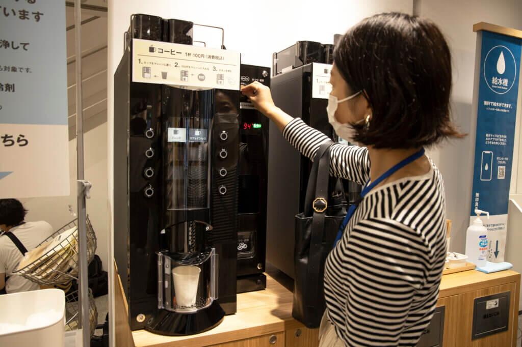 カフェインレスコーヒーを飲んでみましたが、「100円でいいの?」と言いたくなるくらい、香り豊かでおいしいコーヒーでした。