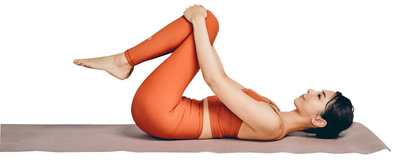 1.両足を左側に出し、右手のひじをついて上半身を傾けます