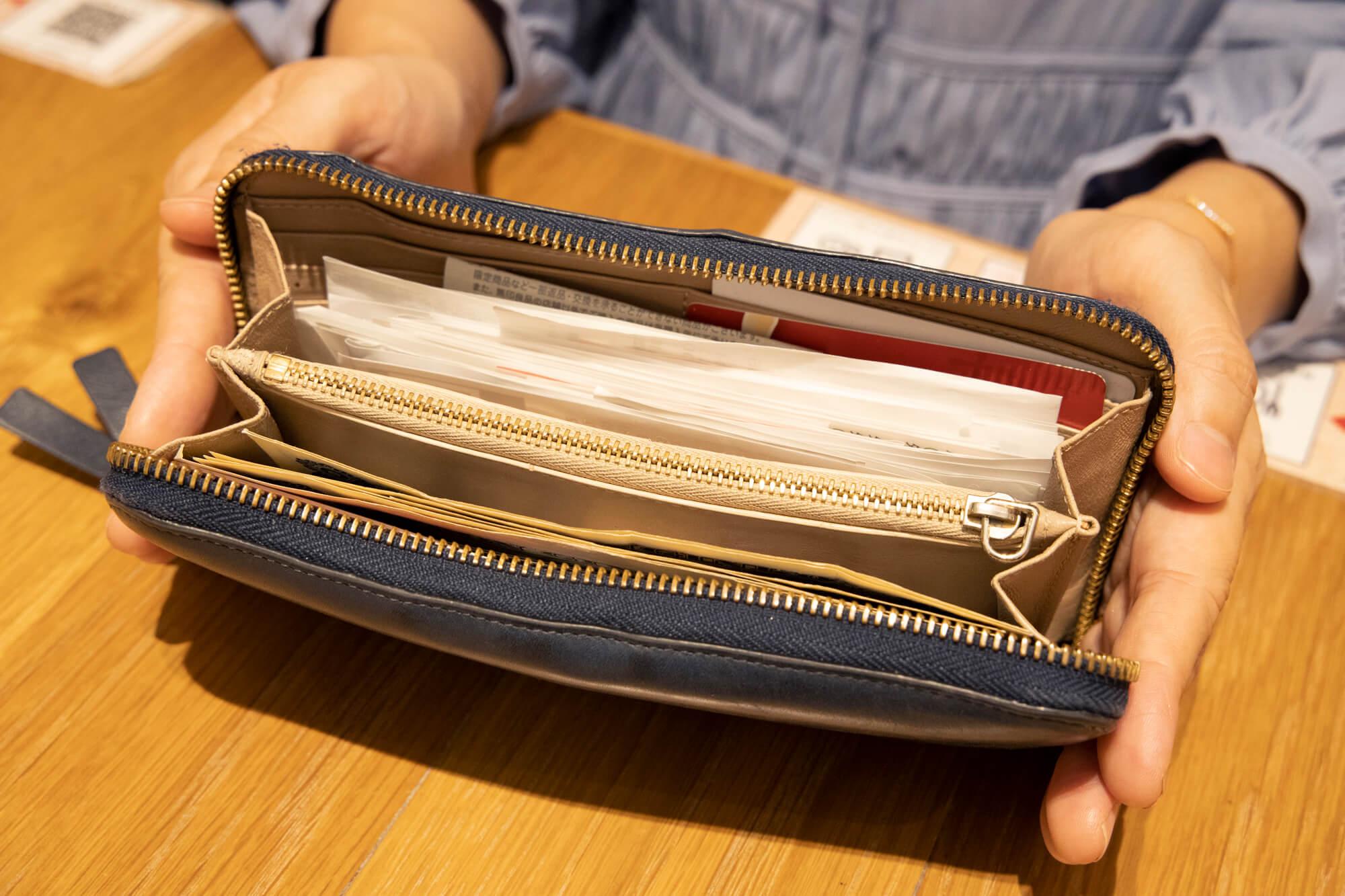 私のいつでもレシートパンパンのお財布がこちら。たまったレシートを数えてみたら、約3週間分で46枚のお財布が入っていました(汗)。
