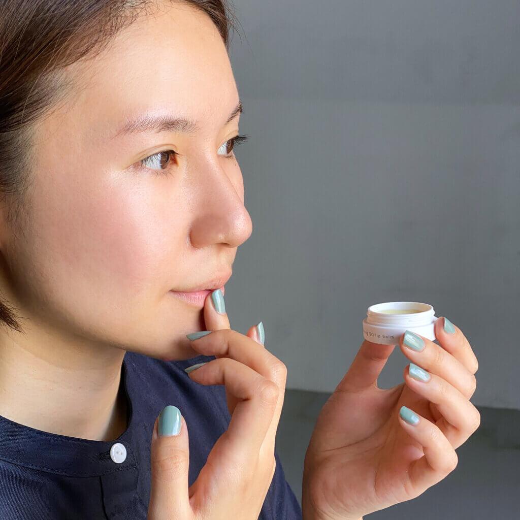 こちらは、OFFタイム用で、睡眠中の乾きや日中の集中ケアに使える、唇を深くケアしてくれるリップバーム。なめらかなバームタイプで、寝る前につけると、翌朝までみずみずしい唇をキープしてくれます。