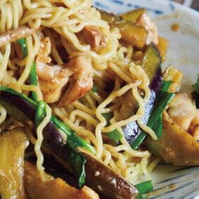 「なすと鶏肉のみそ炒めのっけ麺」レシピ/今井亮さん