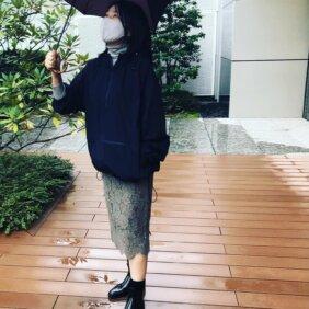 写真:写真:12closet【石上美津江さんコラボ】撥水マウンテンパーカー/ネイビー色・雨の中スタッフが着ている