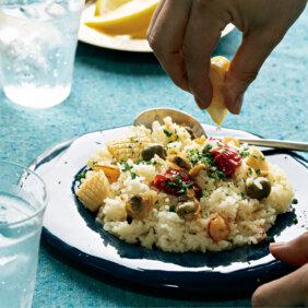 下ごしらえいらずで簡単!「地中海風シーフードライス」レシピ/ぐっち夫婦