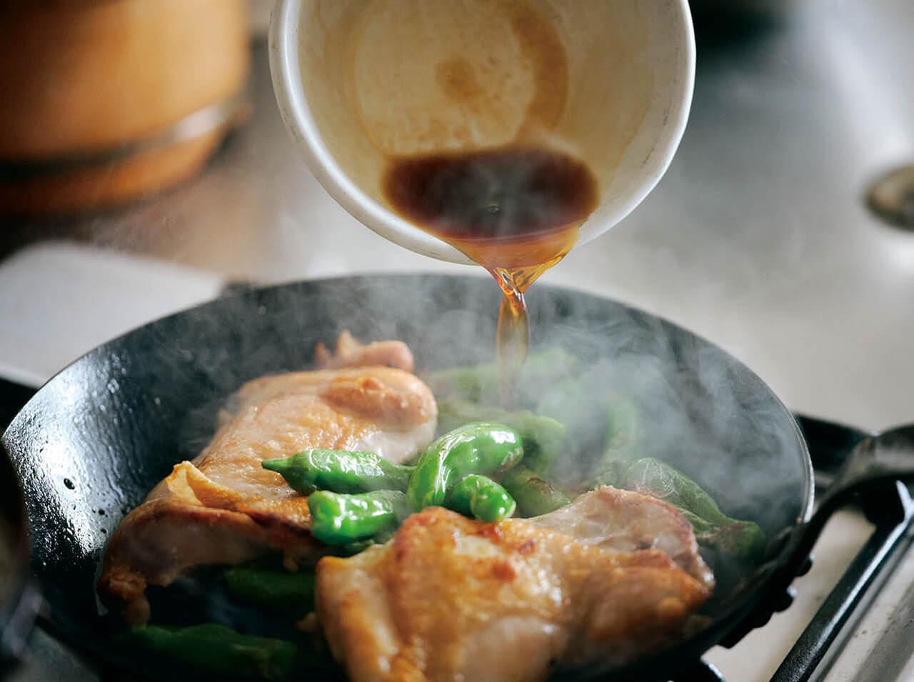 鶏の照り焼きは酒でじっくり焼いてからタレをからめると、ふっくら仕上がる