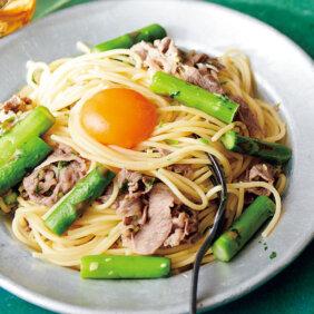 「牛こま、アスパラの卵黄のせパスタ」レシピ/今井 亮さん